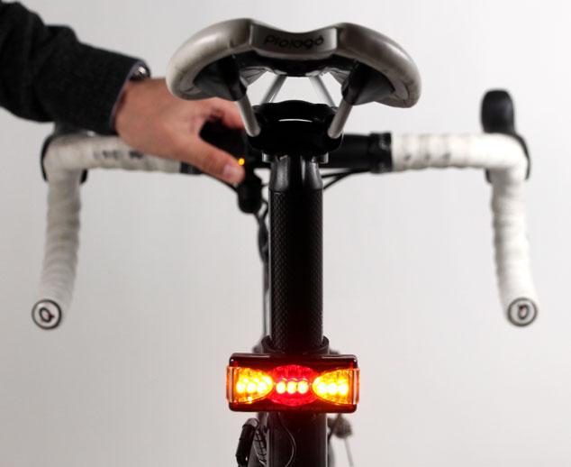 今まで見た自転車用ウィンカーの中で、これがダントツ。よく考えられていますねぇ。