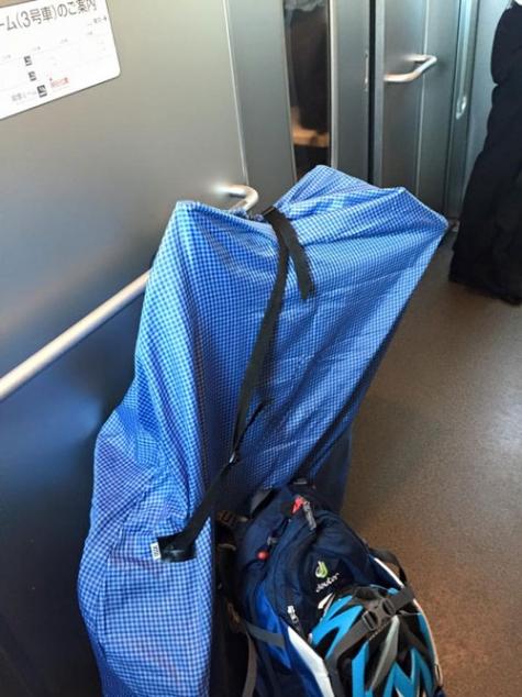 帰りの新幹線輪行は自由席に座れず、デッキで乾杯!