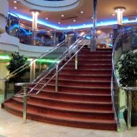 船内は3階建て。広間の大階段。
