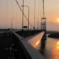 沈む夕日と来島海峡大橋