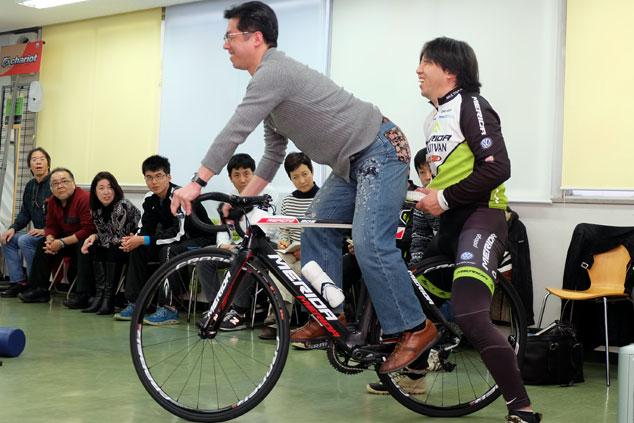 *これが自転車の乗り方「やまめの学校 ワールドサイクル出張所」開校しました。